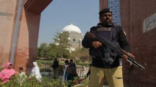 د لاهور پولیسو په خپل ټوېټر کې ویلي، چې په لاهور کې هم ورته عملیات روان دي او خلک د بایو میټریک الو سره ګوري.