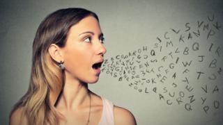 Mujer vocalizando