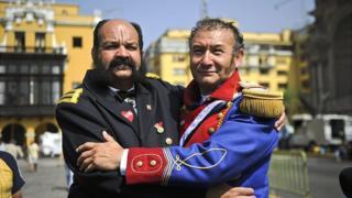 Dos hombres disfrazados de Miguel Grau y Bernardo O'Higgins