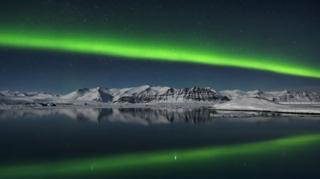Auroras boreales sobre Jokulsarlon, Islandia.