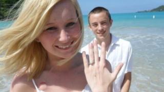 Katie y Dalton en un paseo en la playa