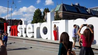 """El letrero """"I am Amsterdam"""" sin las letras a."""