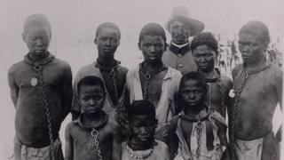 Hombres y niños Herero con grilletes al cuello y cadenas