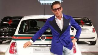 Lapo Elkann frente a un vehículo Fiat.