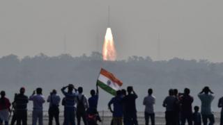 India lanza 104 satélites en una sola misión espacial
