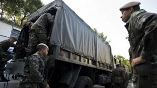 Brazilian soldiers prepare for an operation to fight the Aedes aegypti mosquito in Sao Paulo (03 February 2016)
