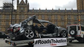 Destroços de carro em frente ao Parlamento britânicox