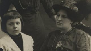 Francisca Sánchez con Rubén Darío Sánchez, el hijo del poeta.