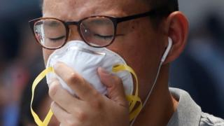 A man covers his face with a pollution mask in Singapore (26 Aug 2016)