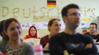 Мигранты на занятиях для желающих получить статус беженца в стране