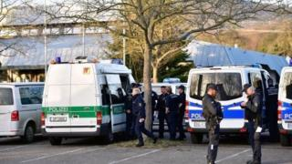 پلیس آلمان در خارج سالن سخنرانی که قرار بود وزیر دادگستری ترکیه در آن سخنرانی کند
