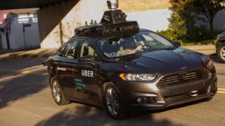 Un vehículo autónomo de Uber circula por las calles de Pittsburgh, Pensilvania