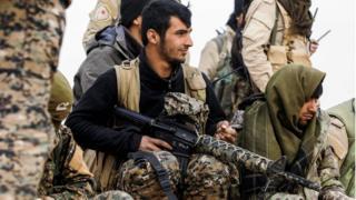 Members of the Syrian Democratic Forces (SDF) gather near the village of Bir Fawaz, near Raqqa (8 February 2017)