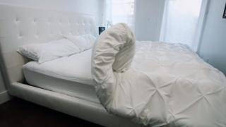 Invenção foi criada para facilitar a vida de deficientes físicos - e de pessoas que têm preguiça de arrumar a cama.