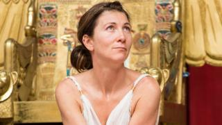 Eve Best como Cleopatra, en el teatro Shakespeare's Globe, en 2014.
