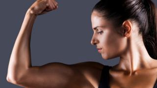 Mujer mostrando sus músculos
