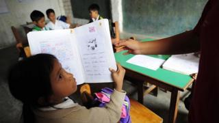 Niña recibiendo clases de reforzamiento en una escuela de Huachipa, a 50 kilómetros de Lima.