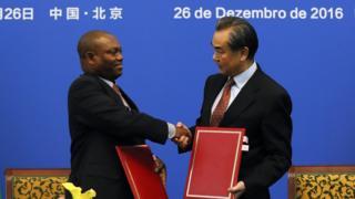 聖普外交部長博特略與中國外交部長王毅在北京簽署《中華人民共和國和聖多美和普林西比民主共和國關於恢復外交關係的聯合公報》