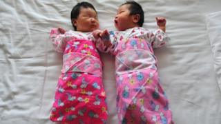 File photo: Newborn babies lie on a hospital bed in Beijing, 1 December 2008