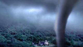 Un tornado amenaza una casa solitaria