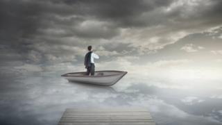 Homem entre o céu e o mar