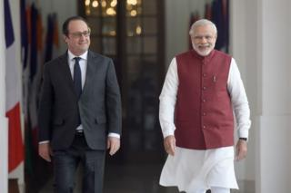 French President Francois Hollande (L) walks with Indian Prime Minister Narendra Modi prior to their meeting in New Delhi on January 25, 2016
