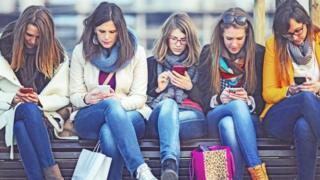 Дівчата зі смартфонами