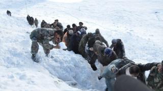 تعداد قربانیان ریزش بهمن در ولایت نورستان به ۶۵ نفر رسید