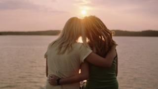 однополая пара и закат