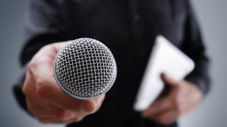 Оратор с микрофоном
