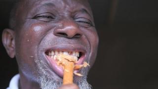 Les soins à base de racine d'arbre et d'eau font leurs preuves au Nigéria