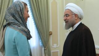حسن روحانی، رئیس جمهوری ایران در این عکس در حال استقبال از فدریکا موگرینی، مسئول سیاست خارجه اتحادیه اروپاست