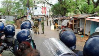 Bangladesh police and Army commandos take part in an operation to stormed an Islamist extremist hideout in Sylhet on March 25, 2017.