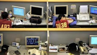 Trabalhadores em escritório da China