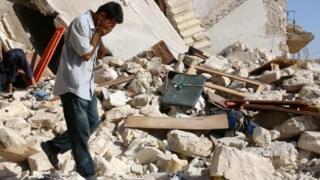 Man walks through rubble in Aleppo (19/07/16)