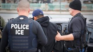 ماموران دایره اجرایی مهاجرت و گمرک آمریکا در چند روز گذشته صدها مهاجر لاتینتبار را به اتهام حضور غیرقانونی در آمریکا بازداشت کردهاند