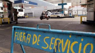 Estación de gasolina cerrada en Caracas.
