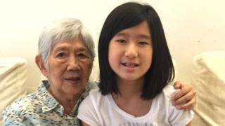 Emma Yang con su abuela, quien padece Alzheimer.