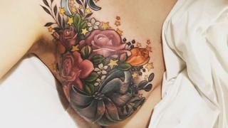 El tatuaje el seno de Alison Habbal