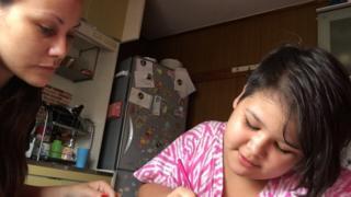 Arianne e a filha Hayenne, que ainda não pode frequentar a escola por causa do diagnóstico de autismo