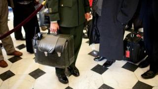 """این دستیار نظامی چمدانی بر روی شانهاش حمل خواهد کرد که حاوی کیفی است که به """"توپ فوتبال هستهای"""" معروف است"""