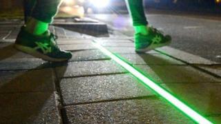 """هولندا: أضواء على الأرصفة لمنع حوادث """"مدمني الهواتف الذكية"""""""