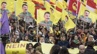 پوسترهای عبدالله اوجالان را آزاد کنید در میان تظاهرات کنندگان فراوان دیده میشد