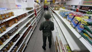 Soldier stands guard in a supermarket in San Antonio de Tachira, Venezuela (27 August 2015)