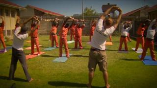A prisão que acalma detentos com ioga na África do Sul