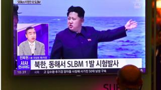 Un hombre ve a Kim Jong-un en la televisión