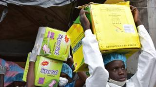 Government officials taking away fake drugs in Abidjan, Ivory Coast Maafisa wa serikali wakibeba dawa bandia mjini Abidjan