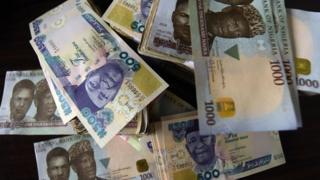Le naira a perdu un tiers de sa valeur après avoir abandonné son rattachement à la devise américaine