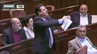 Arap milletvekili Ayman Odeh, tepki olarak tasarıyı Knesset'teki oturum sırasında yırttı.