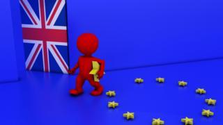 Человечек, уходящий от флага ЕС в дверь с Британским флагом